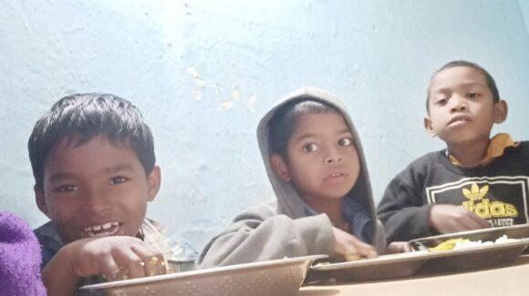 Strassen- und Waisenkinder in Odisha