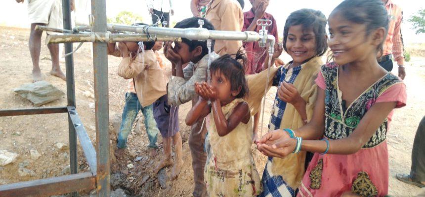 Bau eines Trinkwasserbrunnens in Indien
