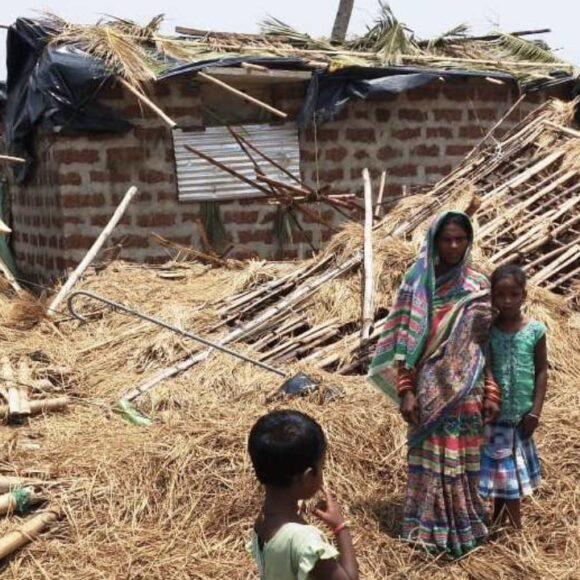 Aufbau von Häuschen nach Tropensturm Fani in Indien
