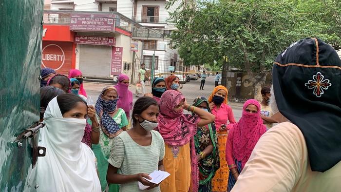 Lebensmittelpakete für die Slumbewohner Neu Delhis